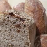 Farines T80, seigle intégral, levain de blé, noisette, raisin, gros sel de Guérande - Intéressant pour le petit déjeuner, support énergétique aux randonnées en tout genre - Suggestions : pain par excellence pour le petit-déjeuner, les randonnées, les fromages type comté, cantal...